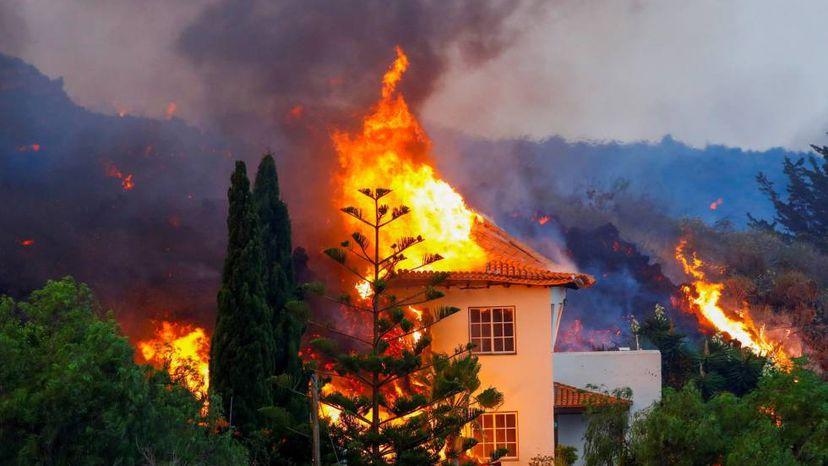 casa ardiendo por la lava en La Palma
